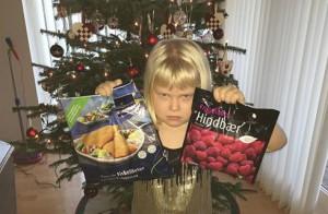 """»Hmmmm.... Ifølge Josefine er jeg åbentbart den værste til at købe julegaver... Hun ønskede sig """"ting fra Frost"""". Og det fik hun! Hvordan hel.... skulle jeg vide, at Frost var en Disney tegnefilm???« TING FRA FROST i julegave"""
